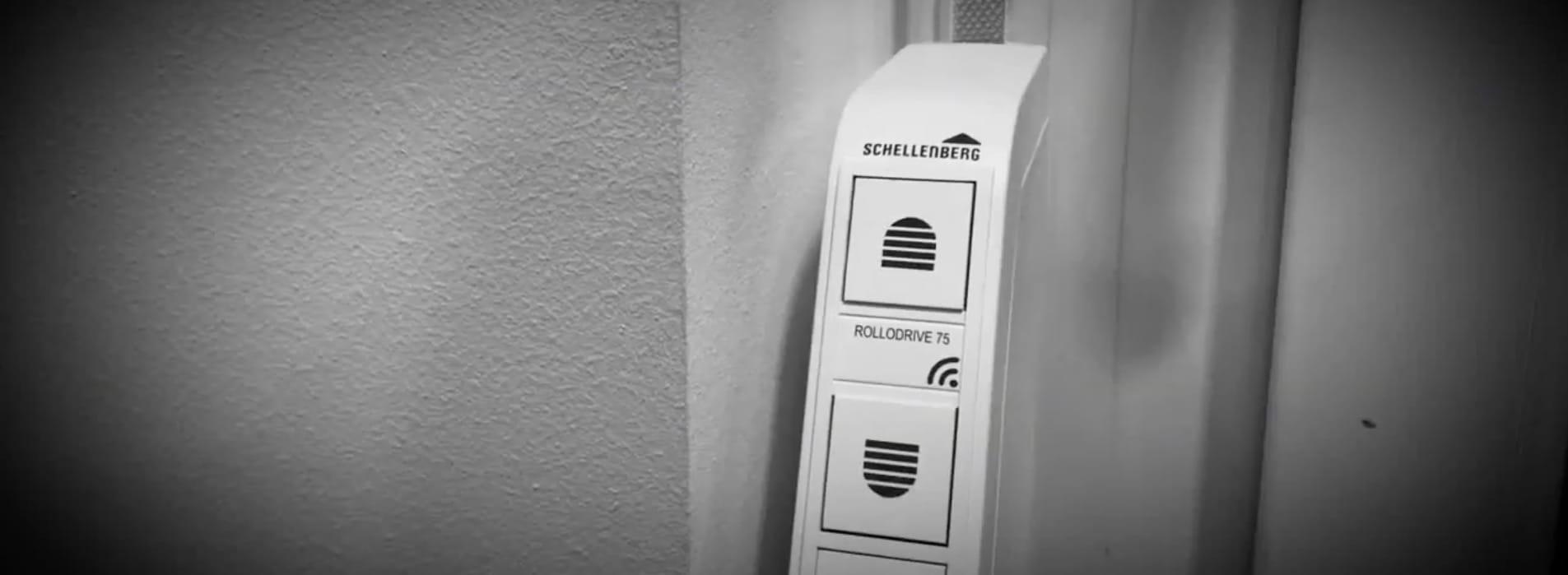 Der Gurtwickler kann aufputz neben oder auf dem Fensterrahmen nachgerüstet werden. Da seine Stromversorgung per 230-V-Steckernetzteil erfolgt, ist kein Wändeaufschlagen oder Tapezieren erforderlich.