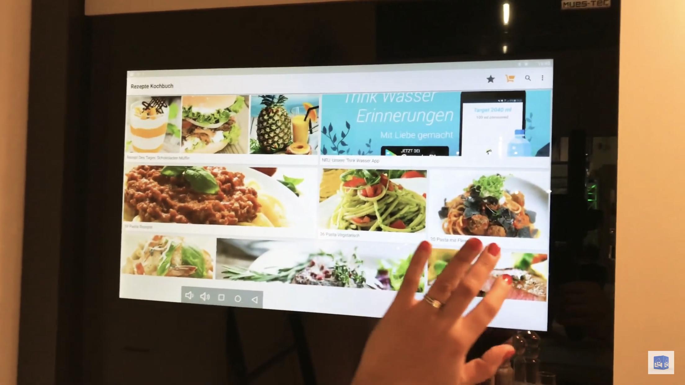 Das digitale Kochbuch auf der Schranktür in der Küche - auch mit Kamera zum Video-Chat mit einem Spitzenkoch oder der Familie.